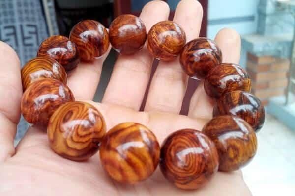 đeo vòng tay gỗ sưa có tác dụng gì- ảnh 2